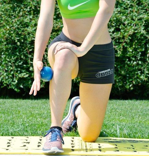 """tibiale_anteriore""""/> <h4>APPLICAZIONE SMR</h4><p>Dalla posizione di affondo sagittale, premere con la mano sulla pallina e farla rotolare verso il basso e poi verso l'alto lungo il margine antero-laterale della gamba.</p> <h3>Muscoli ADDUTTORI</h3><img src="""